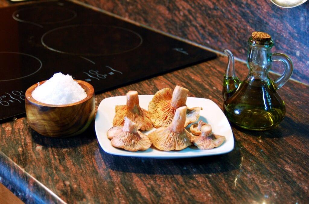 olio di oliva biologico con funghi in cucina